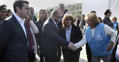 A UNHCR representative shakes hands with European Parliament President Martin Schulz (C), as Greek Prime minister Alexis Tsipras (L), looks on during their visit at Moria refugee camp on the eastern Aegean island of Lesbos, on Thursday, November 5, 2015.